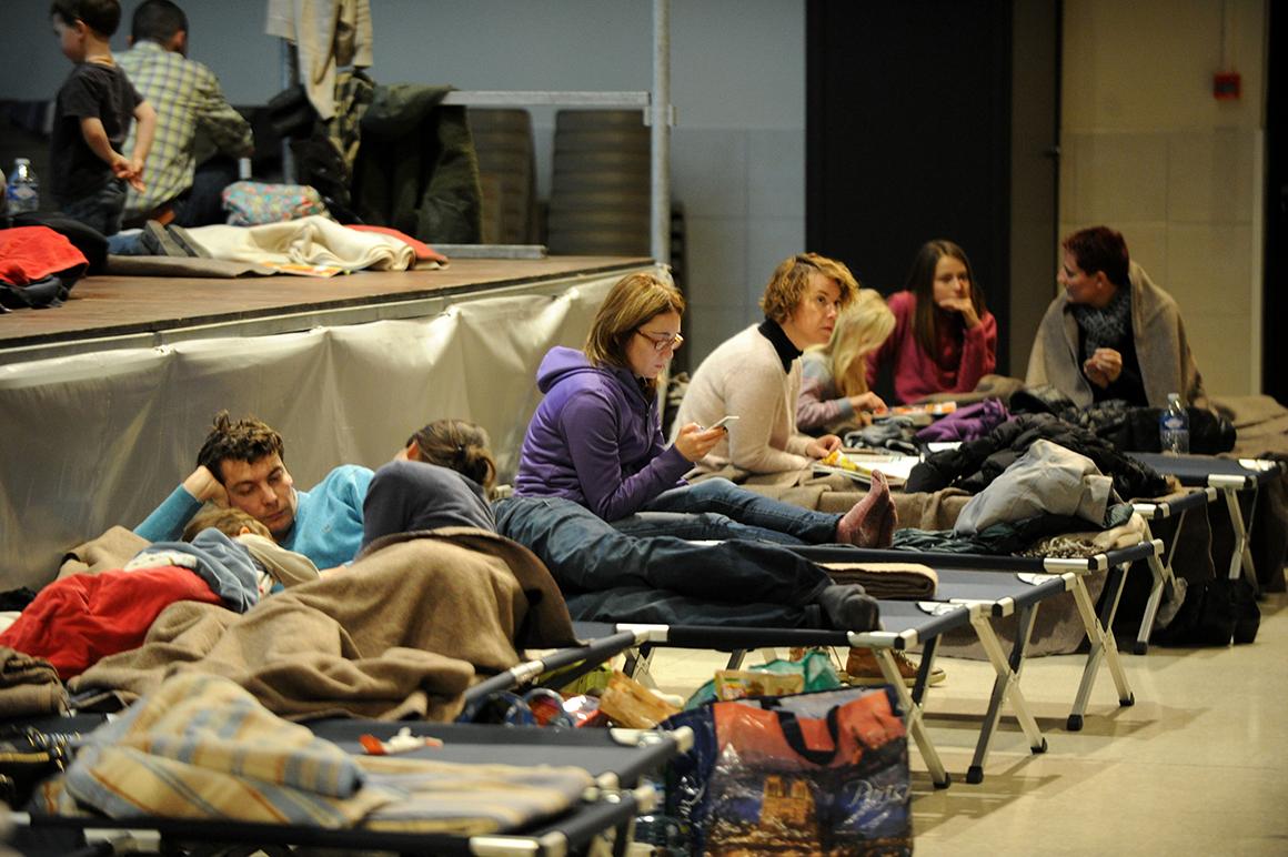 Autoridades franceses improvisaram centros de acolhimento de emergência em pelo menos 12 cidades