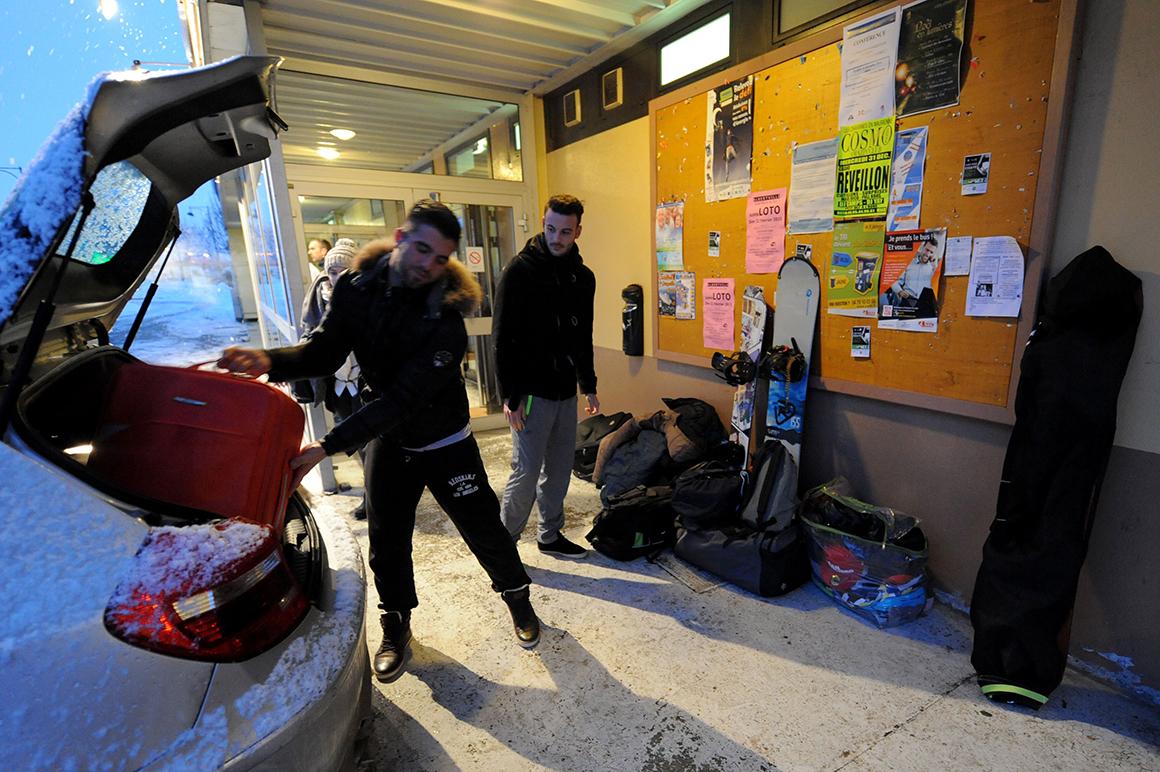 Turistas preparam-se para seguir viagem até uma estância de esqui nos Alpes franceses depois de terem passado a noite num abrigo de emergência  devido ao forte nevão