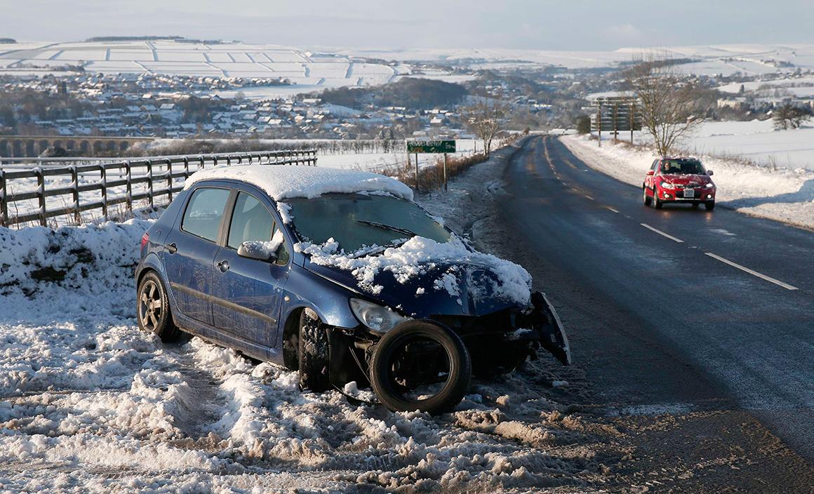 Pior sorte tiveram os milhares de motoristas que foram apanhados de surpresa pela neve e muitos não evitaram os acidentes