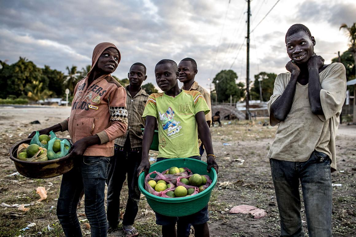 Vendedores de fruta no cruzamento de Auasse, Cabo Delgado, Moçambique