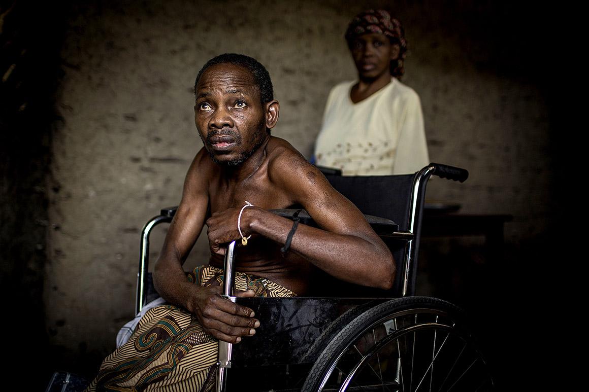 Martins Ibrahimo Musse, ex-combatente do exército colonial, vive em frente a um cemitério da I Guerra transformado em lixeira, Cabo Delgado, Moçambique