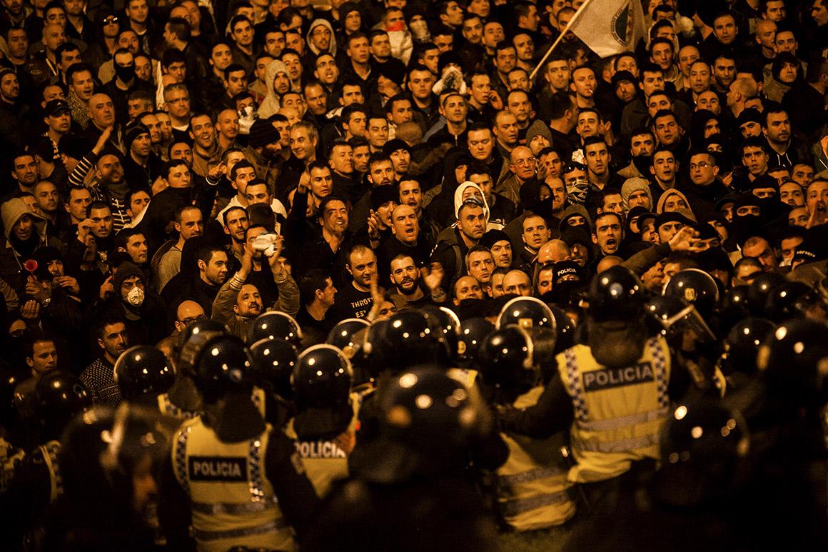 Tentativa de invasão da escadaria do Parlamento na manifestação das forças de segurança em Março
