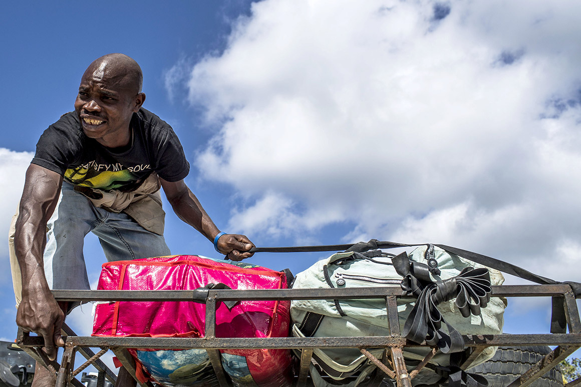 Transporte de mercadorias na travessia do rio Rovuma, da Tanzânia para Moçambique