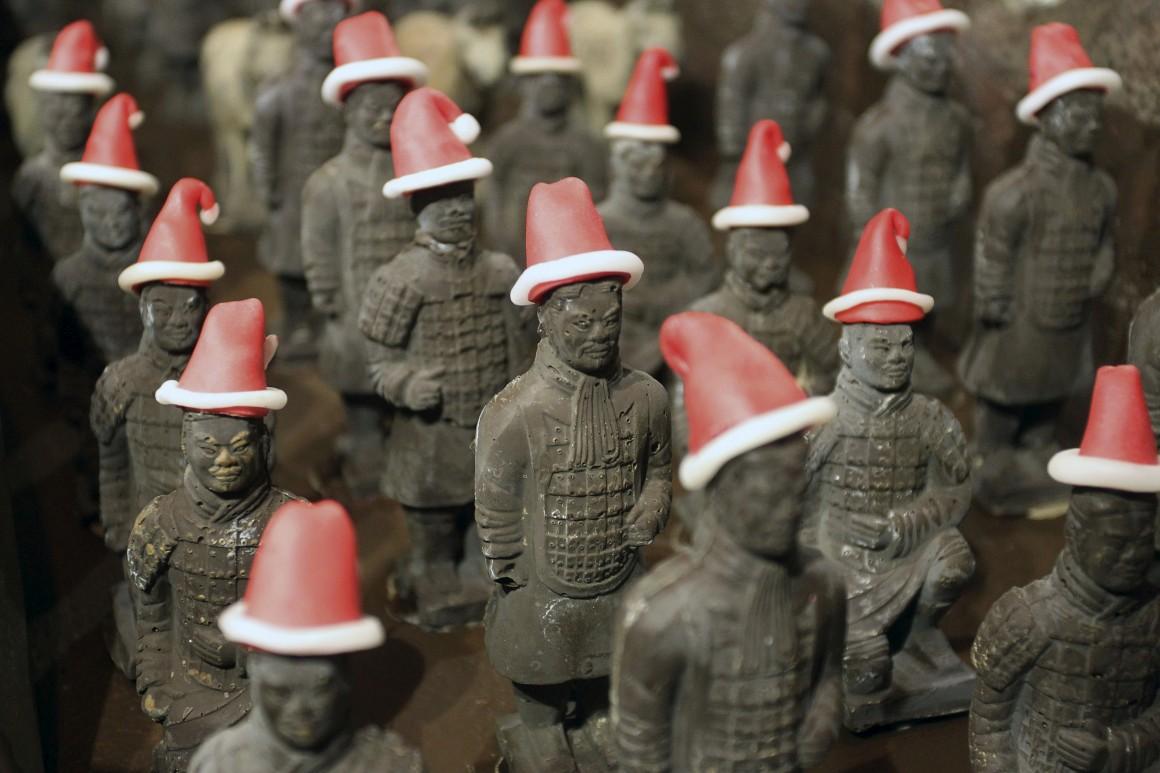 China, Réplicas dos Guerreiros de Terracota em chocolate com chapéus natalícios num hotel de Xi'an, Shaanxi