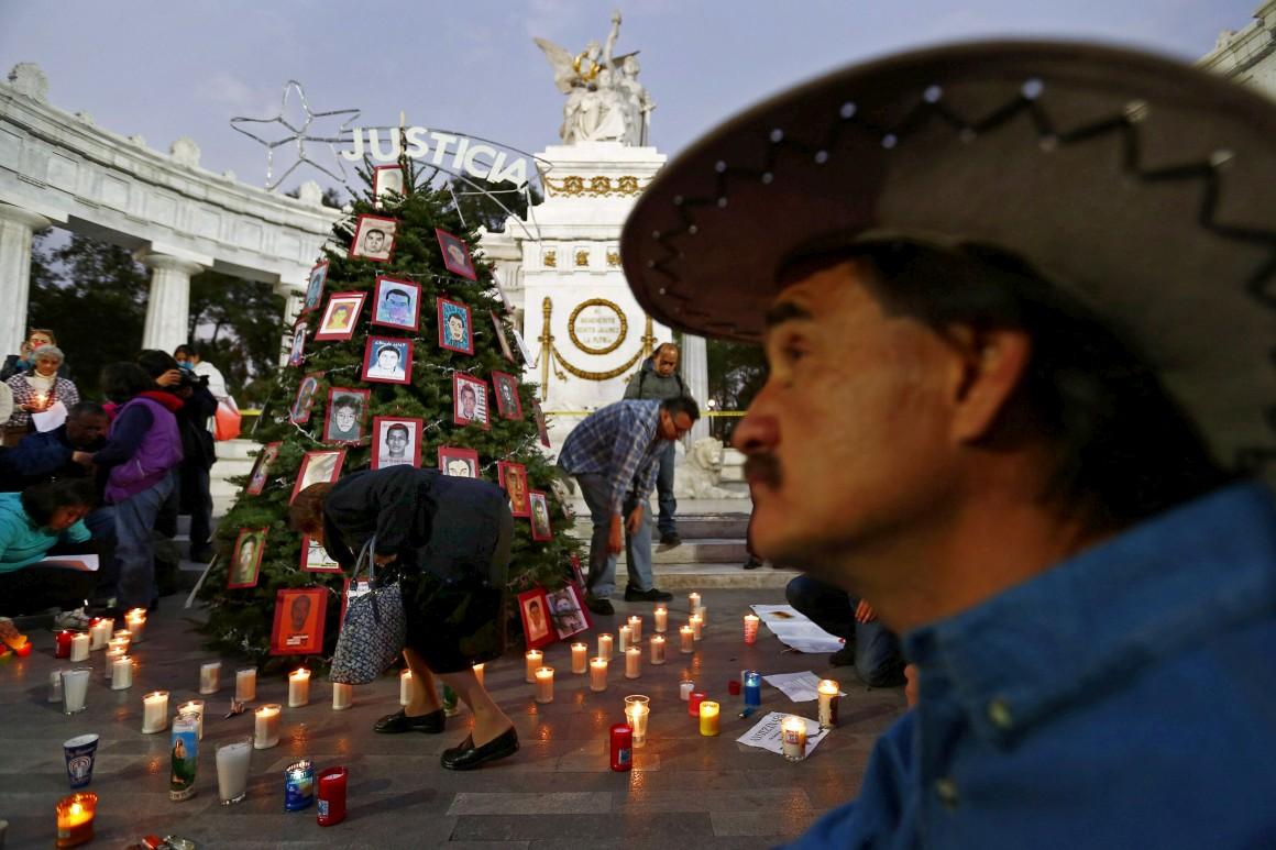 México, Cidade do México, uma árvore de Natal que recorda os estudantes desaparecidos