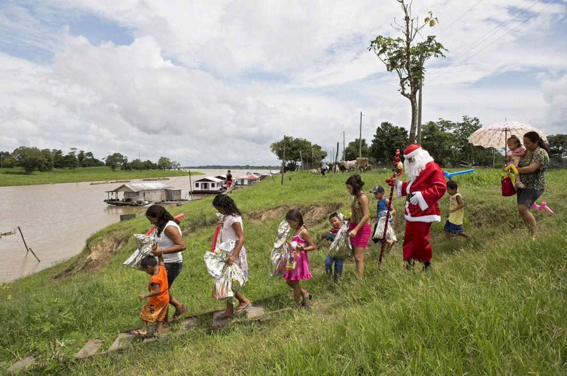 Brasil. Um membro dos Amigos do Papai Noel, que distribui prendas por crianças desfavorecidas, aqui no estado do Amazonas