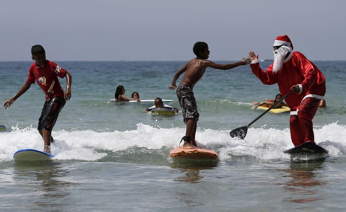 Brasil, praia Maresias, São Paulo, um Pai Natal surfista