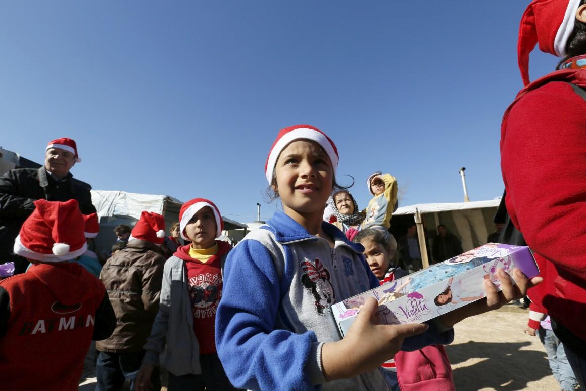 Líbano, campo de refugiados sírios. Distribuição de presentes a crianças pela organização não-governamental SAWA, em Bar-Elias