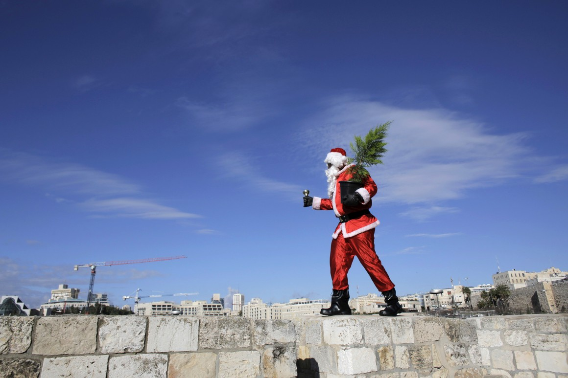 Israel, Jerusalém. Issa Kassissieh, um cristão árabe posa na cidade velha como