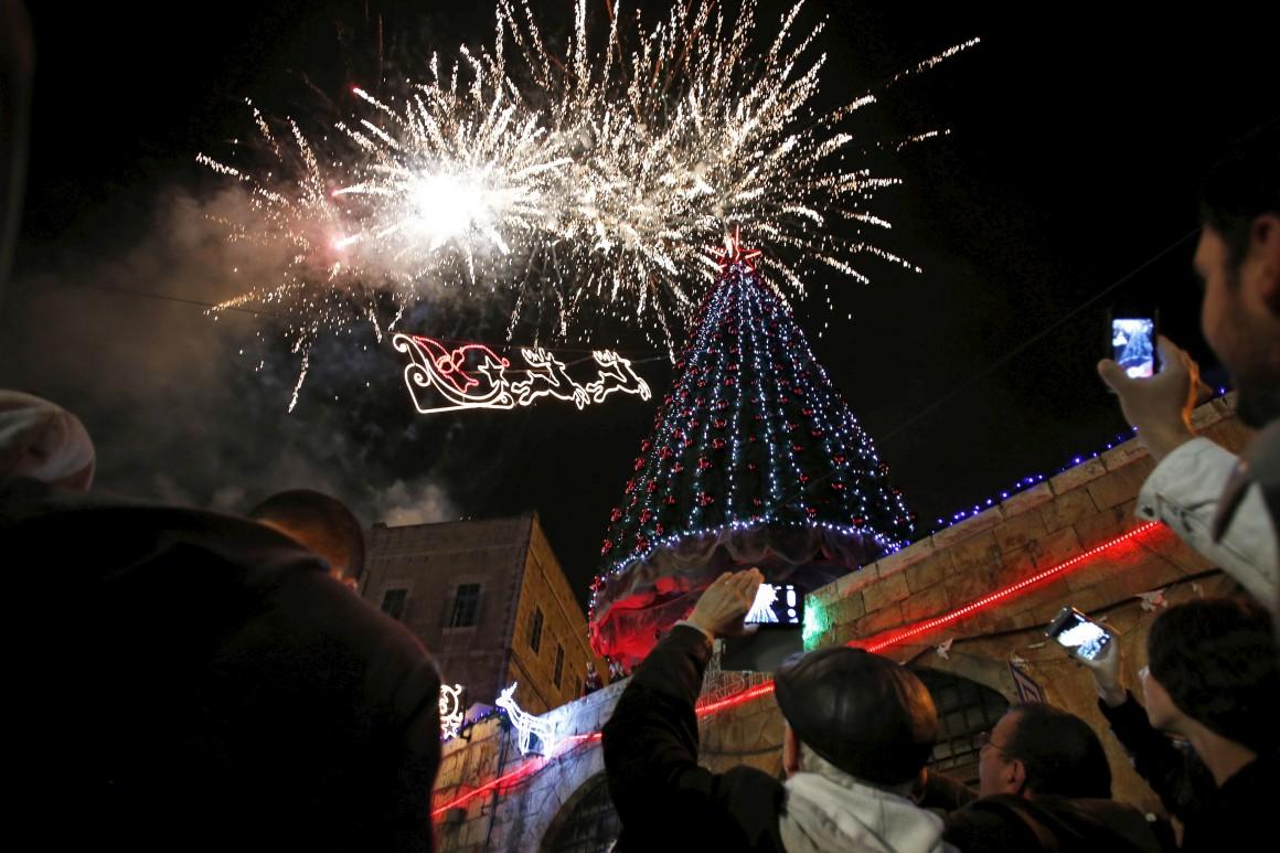 Israel, Jerusalém. Espectáculo pirotécnico celebra a inauguração da árvore de Natal
