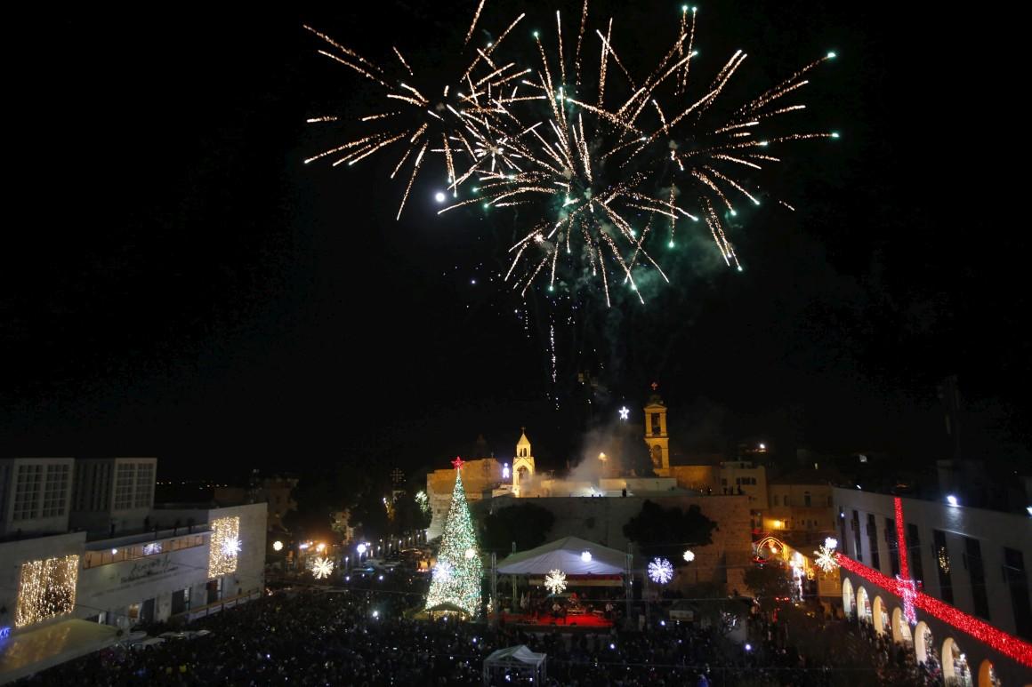 Cisjordânia, Belém. Espectáculo pirotécnico celebra a inauguração da árvore de Natal