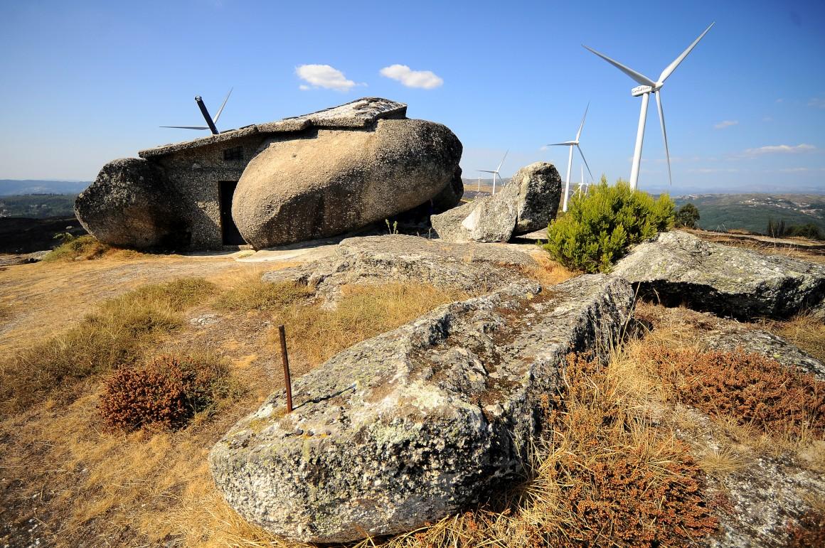 Portugal, Casa do Penedo. Casa construída em 1974 por um engenheiro de Guimarães, Vítor Rodrigues. Tornou-se um fenómeno mundial na Internet graças a contínuos destaques e partilhas de fotos