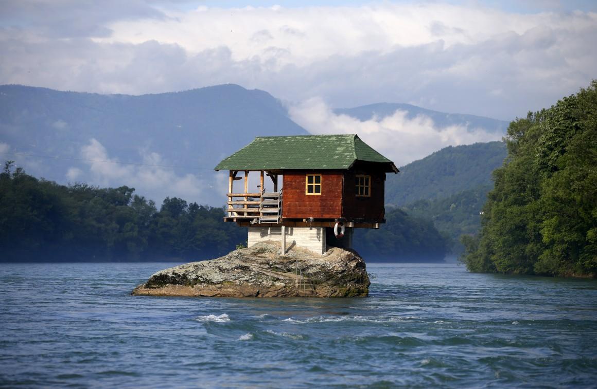 Sérvia, perto de Bajina Basta. Uma casa construída em 1968 por um grupo de jovens, hoje uma grande atracção turística. No rio Drina.