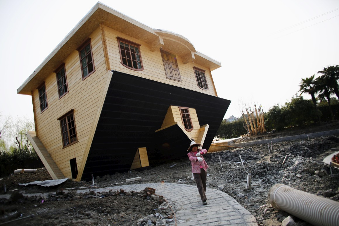 China, Xangai. Uma casa de pernas para o ar? Há muitas.Esta fica em Fengjing e foi construída como atracção turística. A mobília também acompanha o mundo ao contrário.