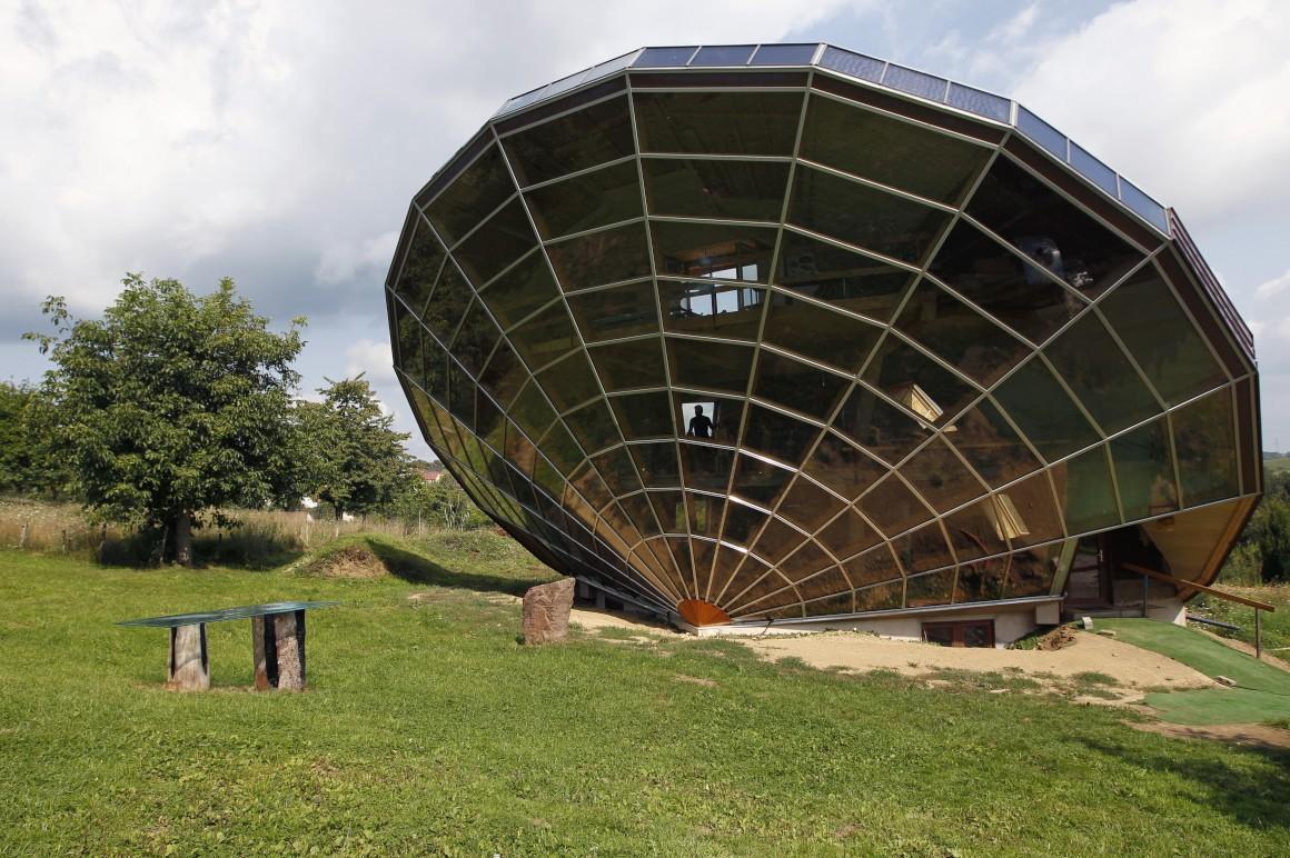 França, Cosswiller (Alsácia, perto de Estrasburgo). É o Heliodome, uma casa solar bioclimática, desenhada como um gigante relógio de sol tridimensional.