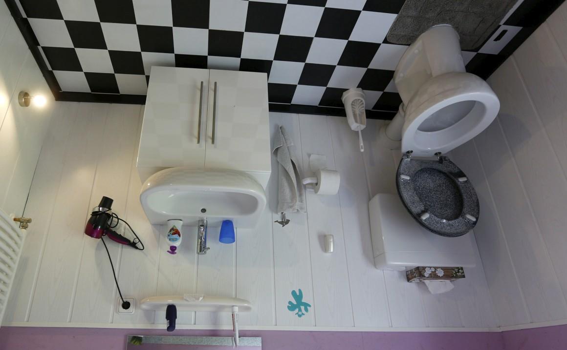 Alemanha, Affoldern. Na casa de banho de uma casa totalmente construída de pernas para o ar, a que chamam, com acerto, a Crazy House.