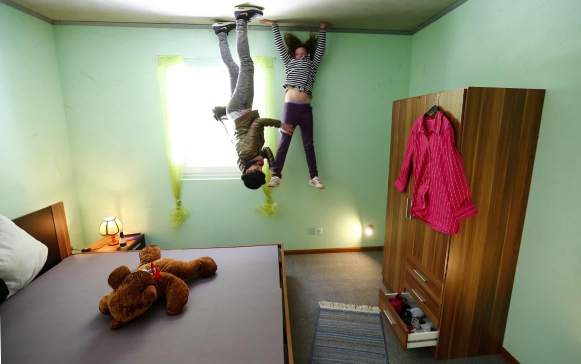 Alemanha, Affoldern. Turistas na casa construída de pernas para o ar, a que chamam, com acerto, a Crazy House.