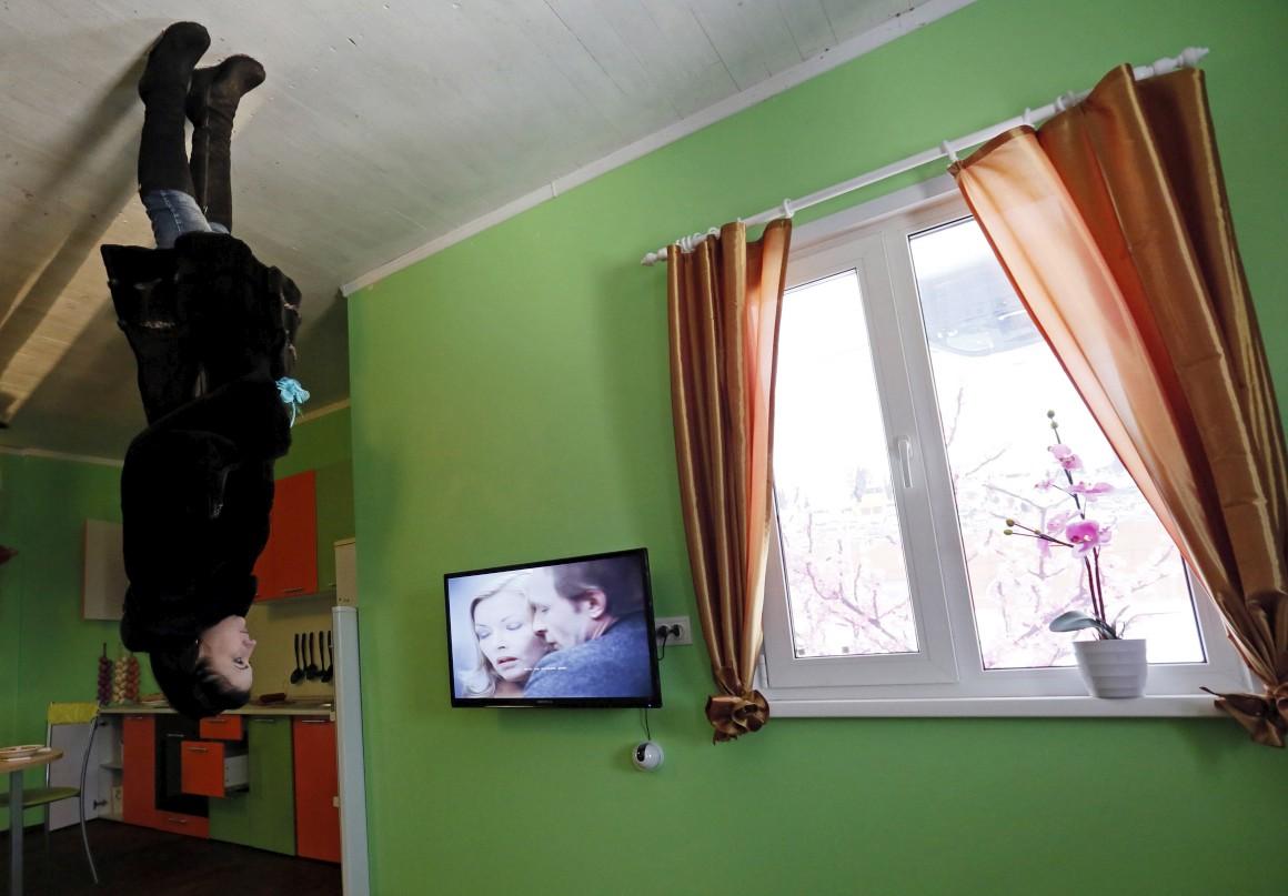 Rússia, Krasnoyarsk, Sibéria. Nada como outra casa de pernas para o ar para atrair turistas e visitantes.