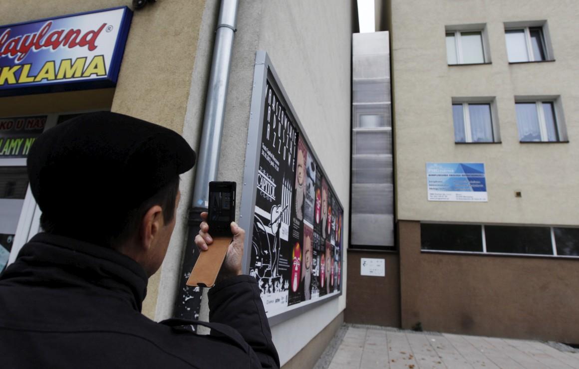 O prédio mais estreito do mundo? Está em Varsóvia, Polónica. Tem 92cm de largura no seu ponto mínimo. Foi constuído como parte de uma intervenção artística do escritor israelita Edgar Keret, que disse que lá viveria quando visitasse Varsóvia. Uma