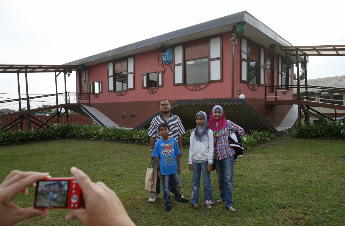 Malásia, Tamparuli, ilha do Bornéu. Nada como virar a casa ao contrário. Uma atracção turística mas mantendo traços das casas tradicionais locais. Tudo lá dentro, de frigorífico a móveis ou computador, está de cabeça para baixo.