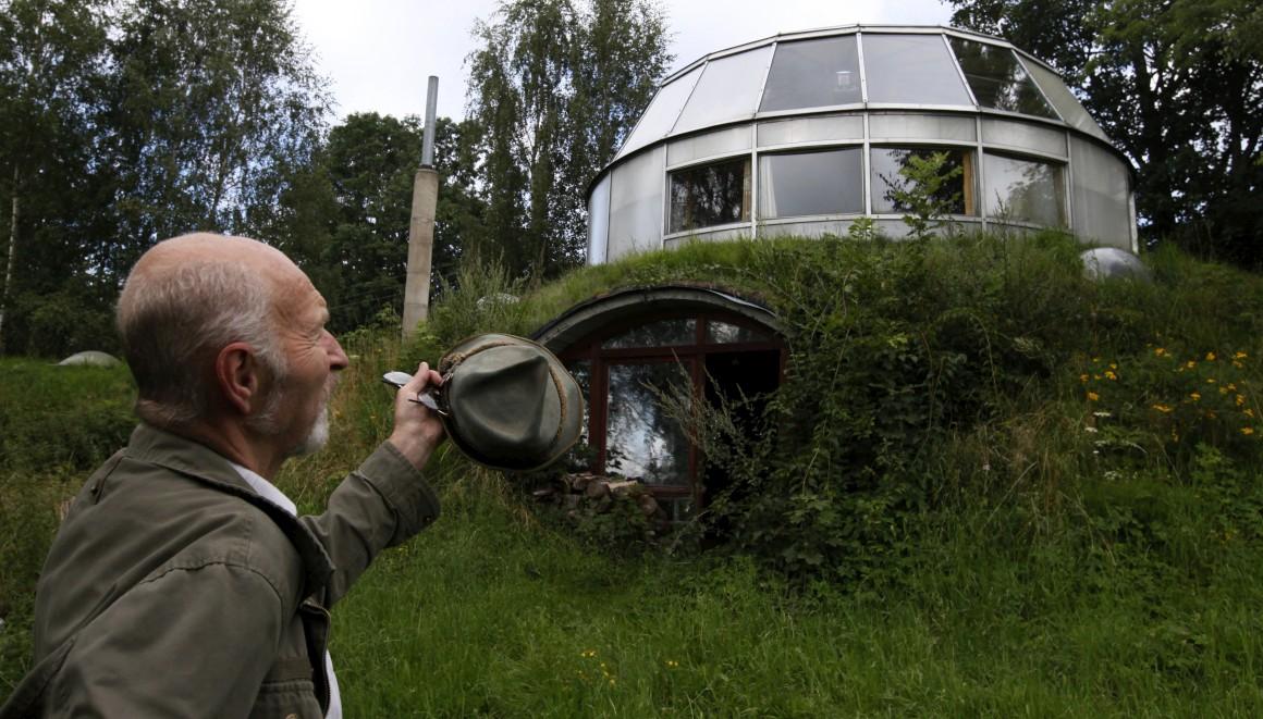 República Checa, perto de Jablonec. Bohumil Lhota, um empreiteiro de 73 anos, gira a casa que construiu em Velke Hamry. Acompanha o sol e permite escolher vistas: gira para os lados e move-se para cima e para baixo.