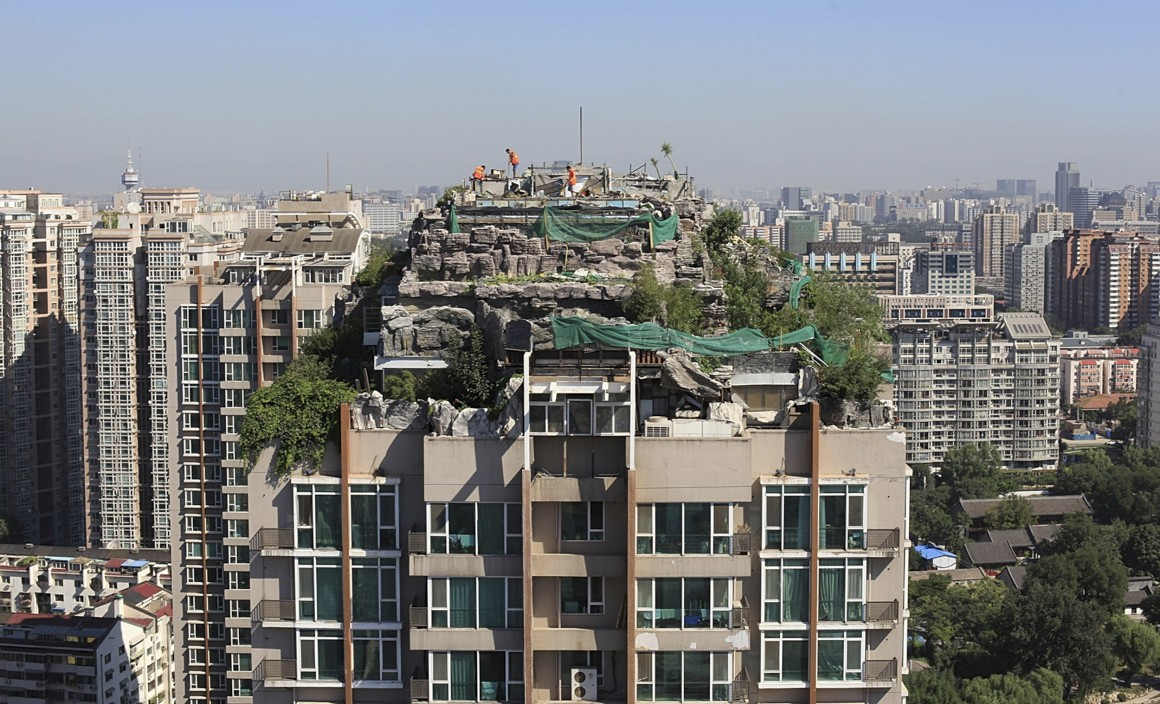 China, Pequim. Esta só já existe em imagem: um empreiteiro decidiu construir no alto de um prédio de 26 andares uma espécie de refúgio deluxe no alto de uma montanha (com réplica de rocha e tudo). Os vizinhos queixaram-se, as autoridades ordenaram a destruição.