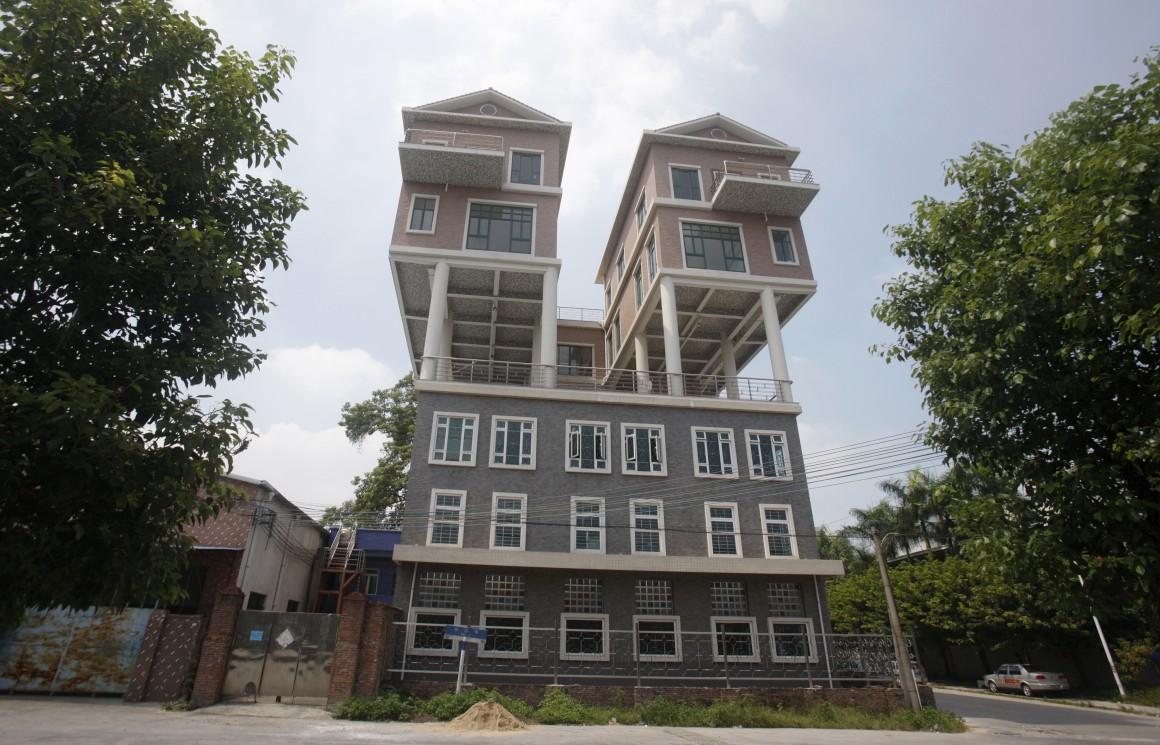 China, Dongguan, Guangdong. Casas no topo de uma fábrica (também aqui, as autoridades consideraram a construção ilegal já que não respeitaria o projecto inicial nem as dimensões aceites) .