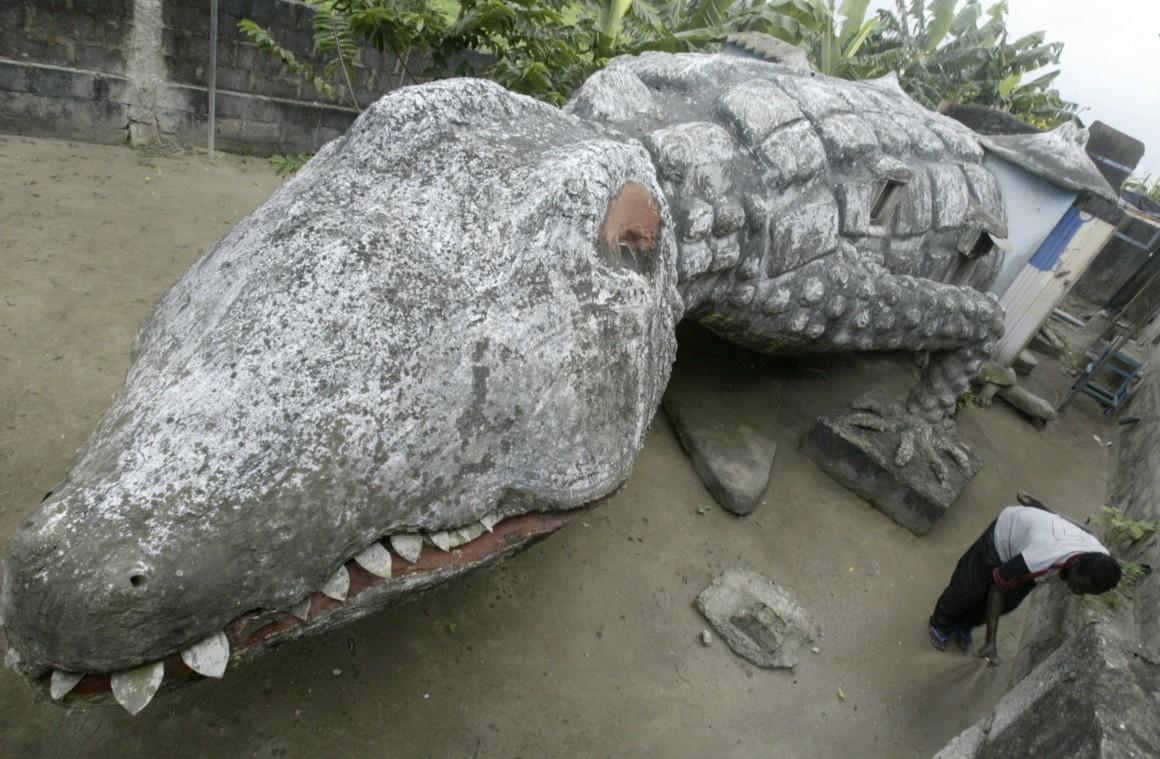 Costa do Marfim. Sim, é precisamente isso sem tirar nem pôr: uma casa-crocodilo. Foi construída por um artista local, Moussa Kalo.