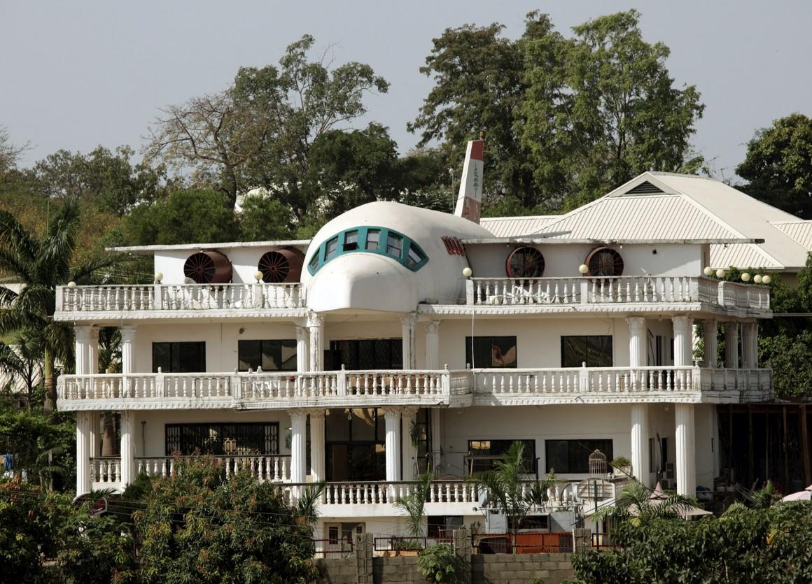 Nigéria. É certo que há aviões transformados em casas mas esta é meso a casa-avião, parcialmente construída com a forma de um aparelho em Abuja.