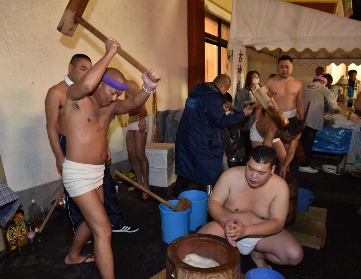 Japão, cerimónia tradicional da preparação do arroz para o novo ano