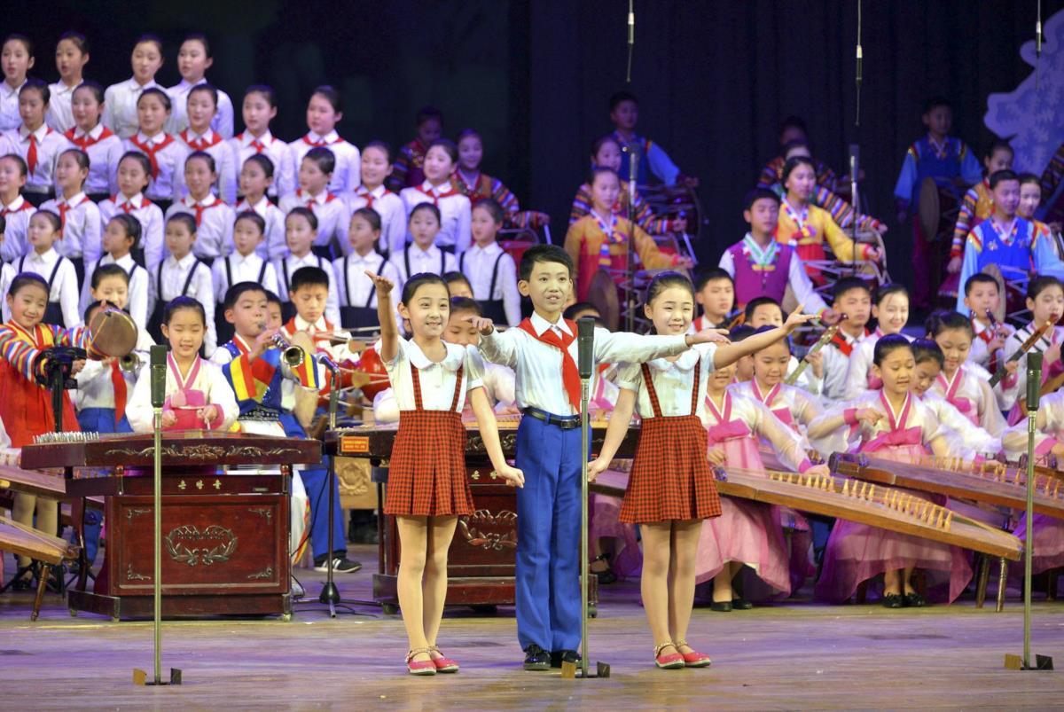 Festa de fim de ano na Coreia do Norte organizada pelo estado