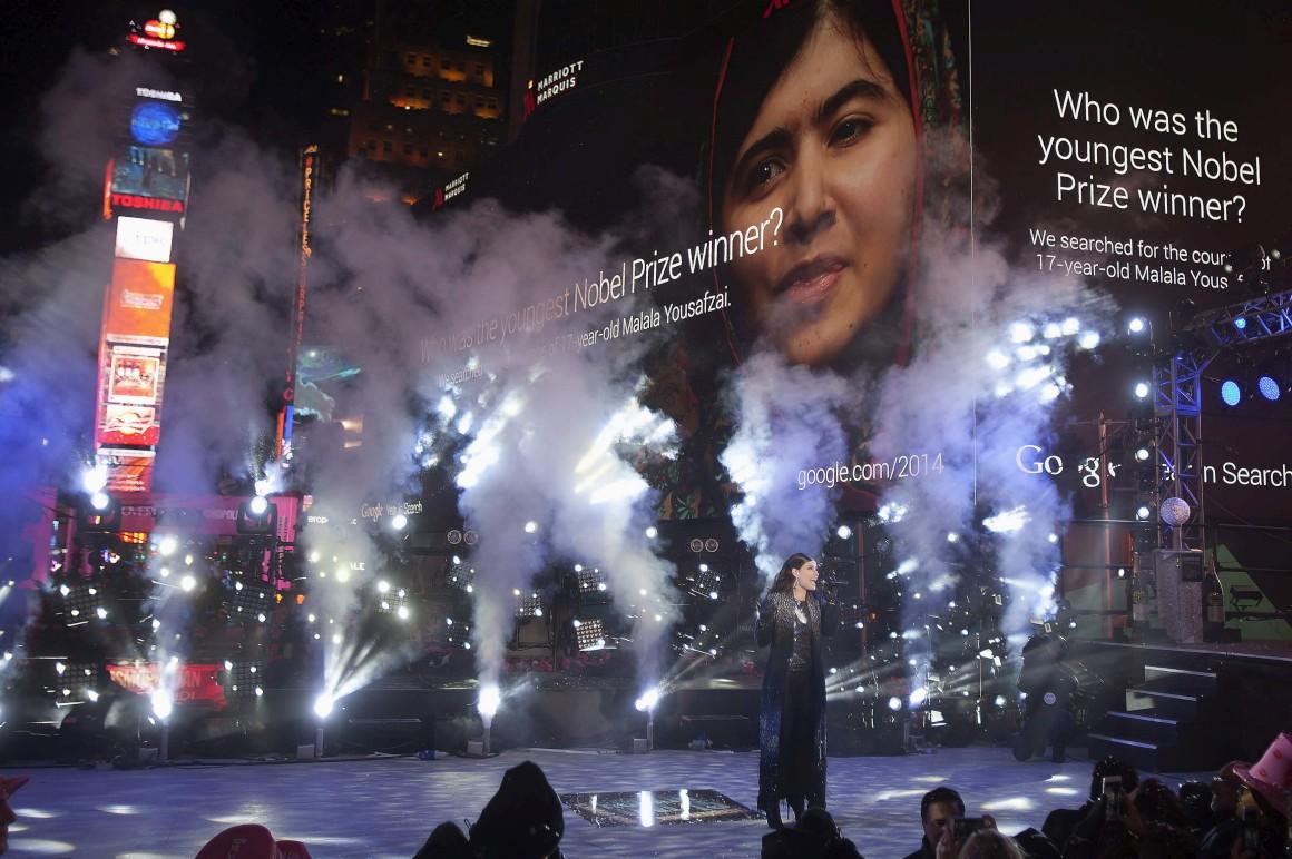A cantora Idina Menzel na Times Square, Nova Iorque, EUA