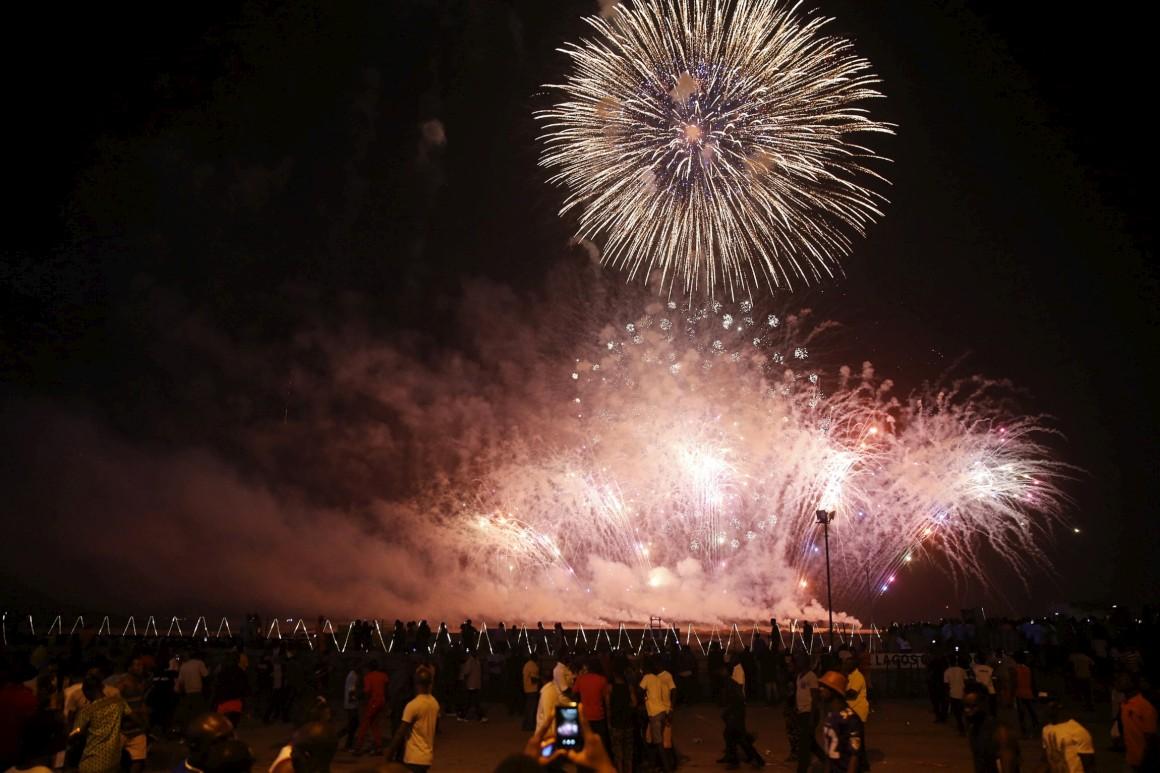 O fogo de artifício ilumina os céus de Lagos, Nigéria