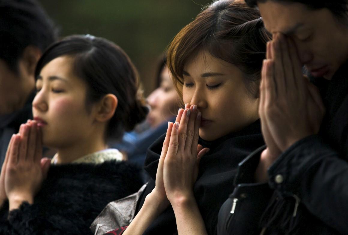 Mulheres em oração num templo japonês