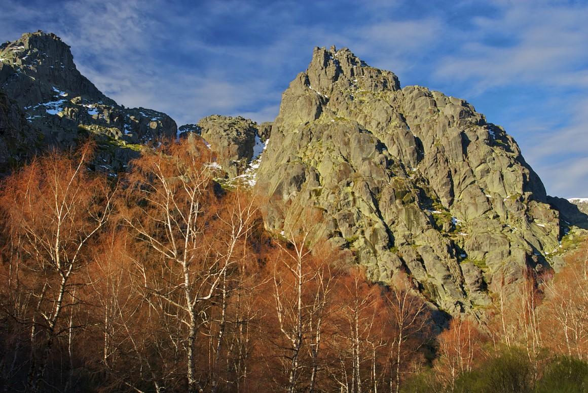 O Covão d`Ametade é um recanto magnífico, onde por trás do cenário frio dos Cântaros, se esconde a nascente do rio Zêzere