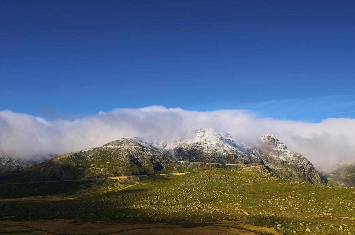 Com a chegada do bom tempo, as nuvens dissipam-se revelando os cumes nevados da noite anterior