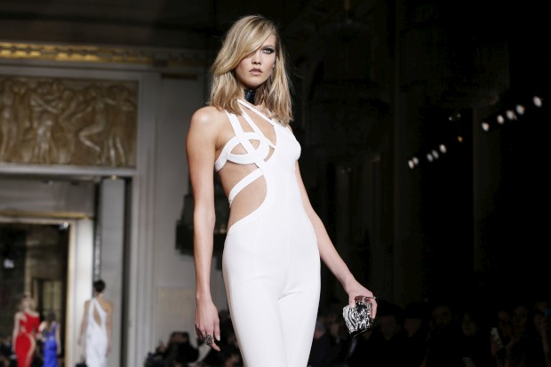 A modelo Karlie Kloss a desfilar para a Versace
