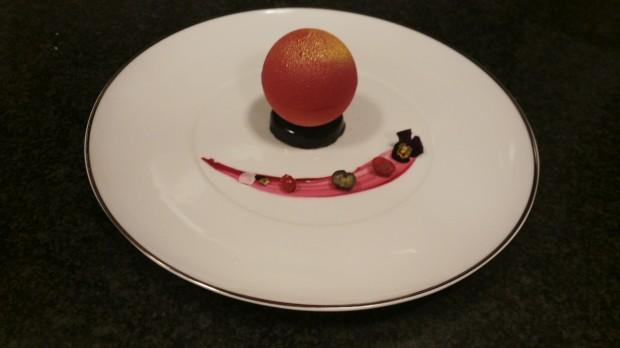 Esfera de chocolate com crumble de especiarias e cremoso de fava tonka e sopa de baunilha