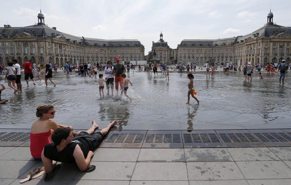 Bordéus é o destino europeu do ano. Aqui, um dia de Verão no centro de Bordéus, na margem do Garonne, praça da Bolsa.