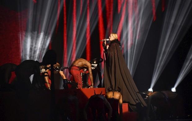 Madonna em palco nos Brit Awards 2015