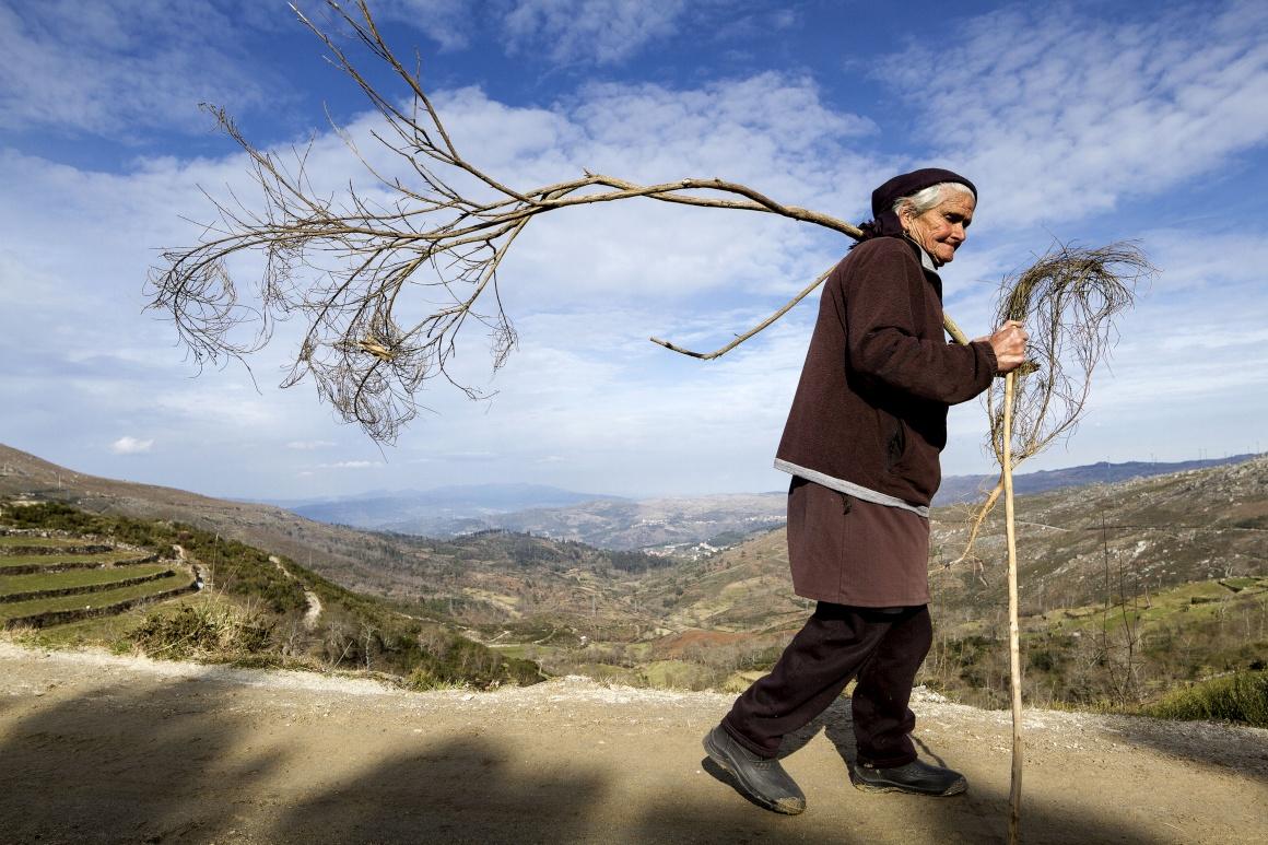 Uma aldeia empoleirada na serra e no tempo