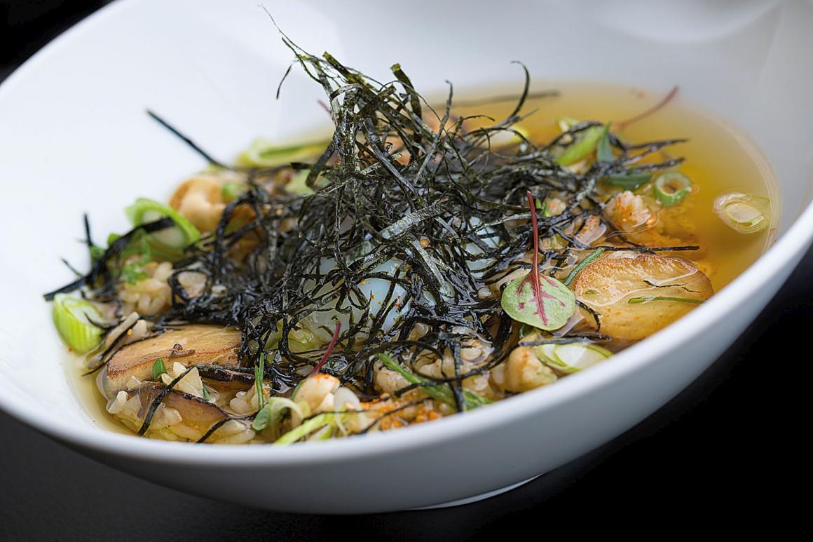 Um dos pratos servidos no Midori, no caso dashi de cogumelos sobre arroz cozido — ou seja, um ochazuke de cogumelos com alga nori e ovo a baixa temperatura