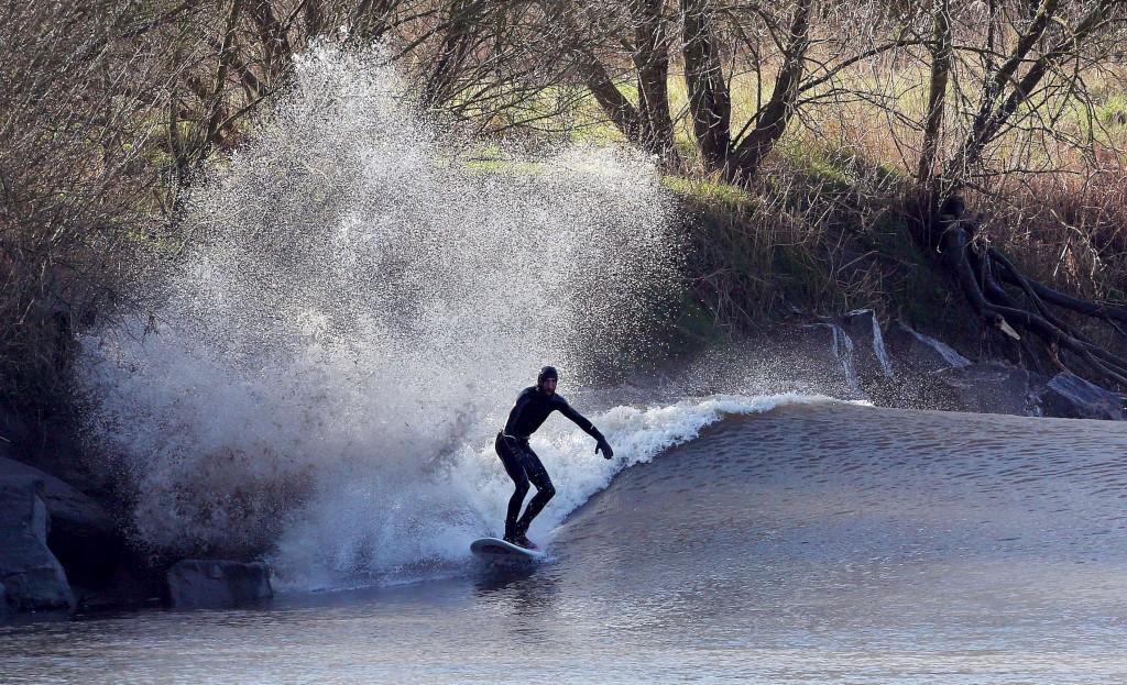 Um surfista desce uma onda no rio Severn em Gloucestershire, sudoeste de Inglaterra