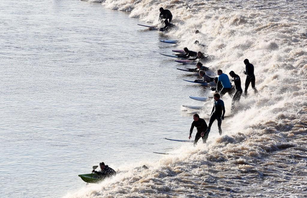 """A onda conhecida por """"Severn bore"""" é um fenómeno de superonda que se repete todos os anos no rio com o mesmo nome"""