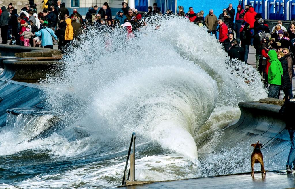 Mais curiosos a ver as ondas rebentar, desta vez em Wimereux, no Norte de França