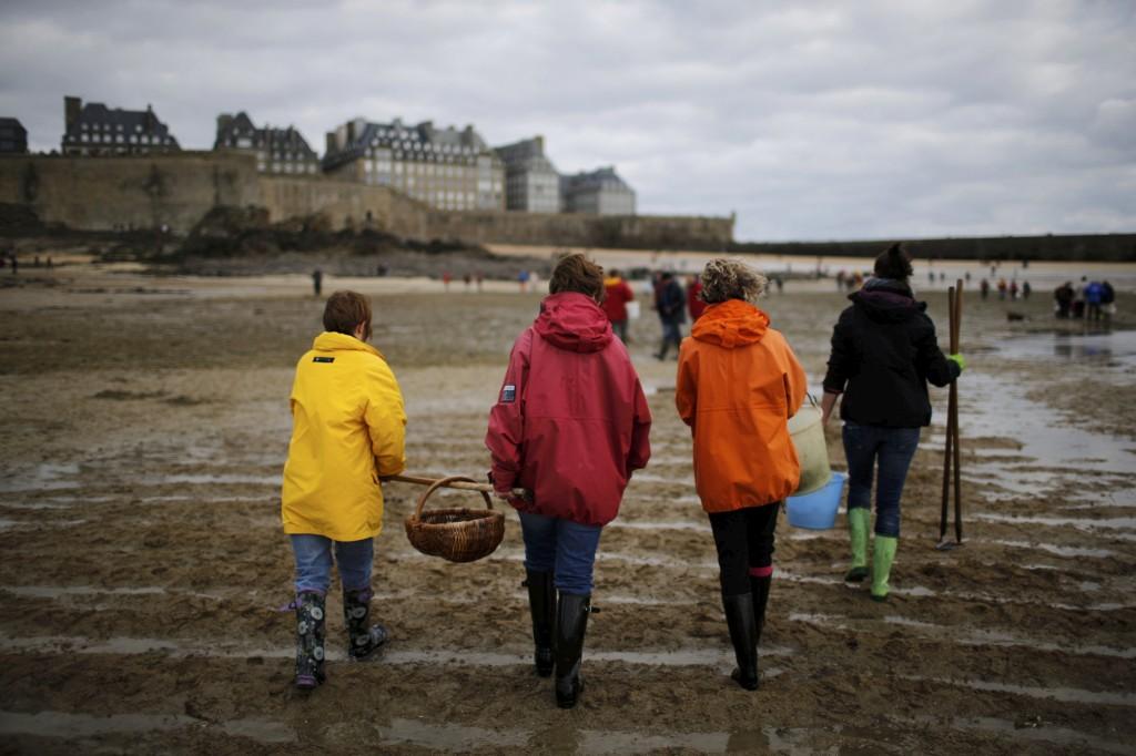 Uma família passeia na praia em Saint Malo