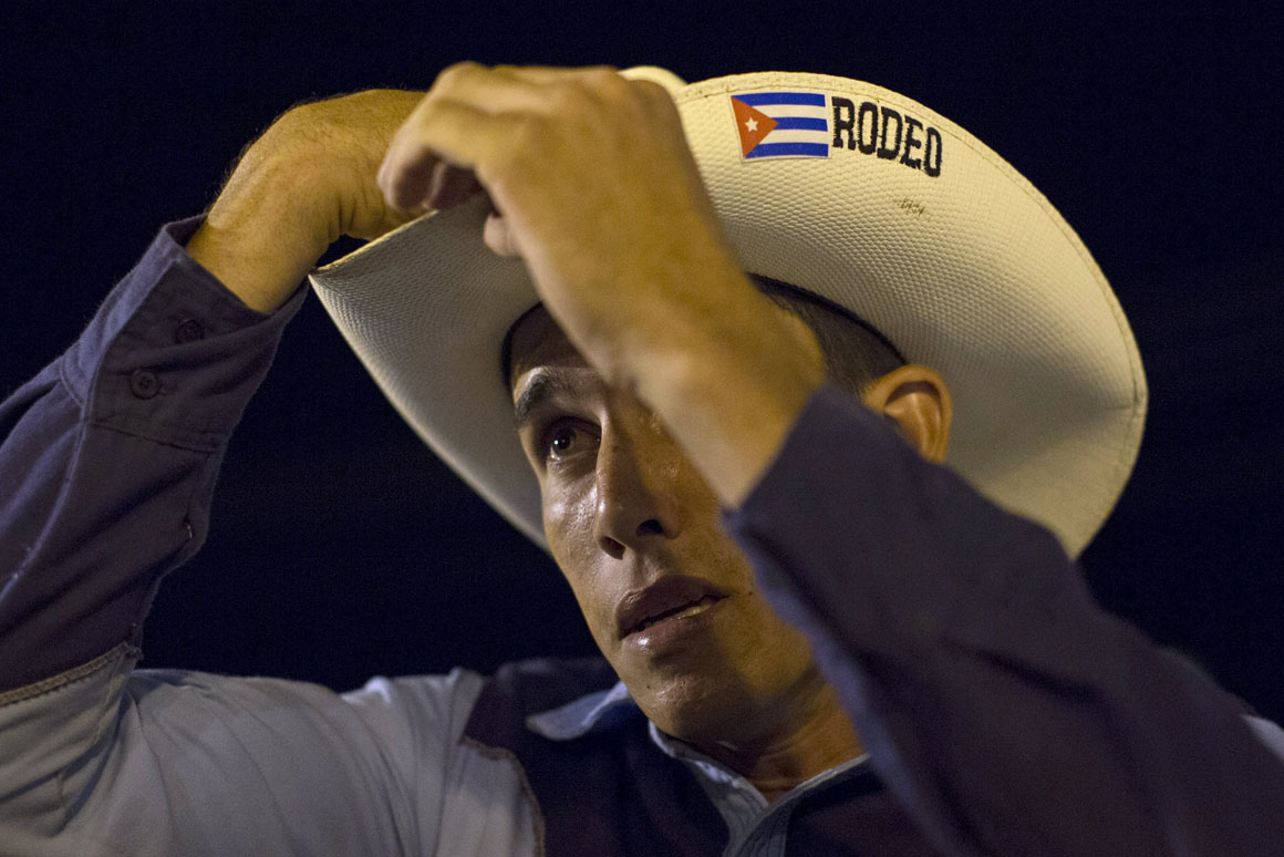 Momentos antes de competir, o vaqueiro Andre Rodriguez, 23 anos, não deixa nenhum detalhe por acertar