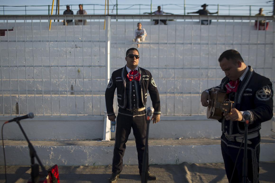 Um momento de descontração para o músico Mariachi Jordani Reyes antes de actuar num dos intervalos do campeonato