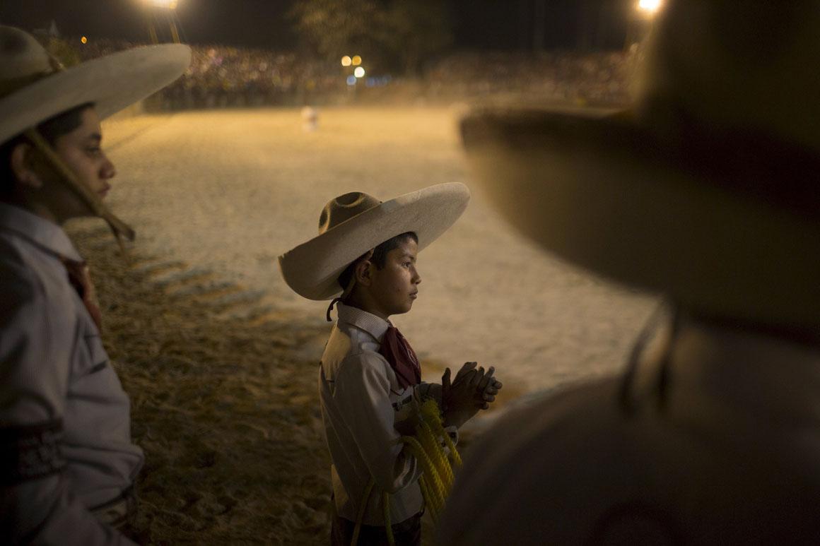 Com apenas 10 anos, Emiliano Flores já se veste a rigor para assistir às finais do campeonato de rodeo