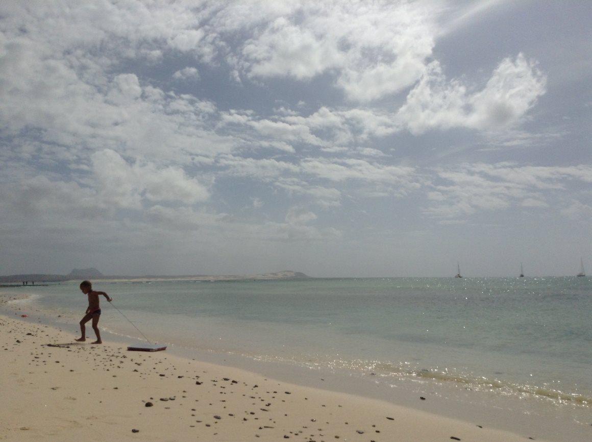Sal-Rei, na praia do Estoril DR